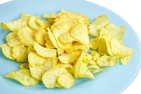 Potato chips on blue plate. Isolated  on white background 스톡 콘텐츠