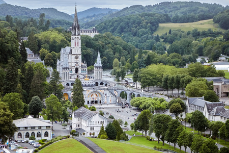 El Santuario de Nuestra Señora de Lourdes o el Dominio. El departamento de Hautes-Pyrenees en la región de Occitanie en el suroeste de Francia