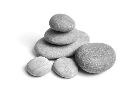 Groep vlotte grijze stenen. Zee kiezelsteen. Gestapelde kiezelstenen die op witte achtergrond worden geïsoleerd