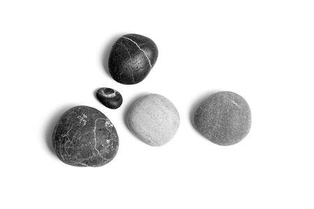 Galets de mer épars. Pierres grises et noires lisses isolées sur fond blanc. Vue de dessus Banque d'images