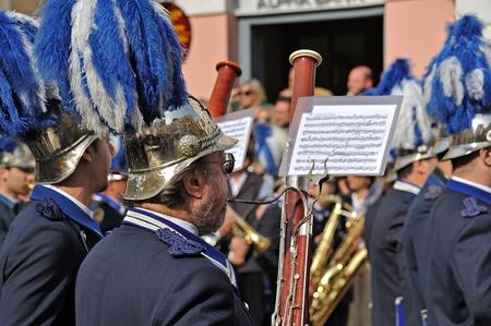 fagot: Korfu, Grecja - 18 kwietnia 2009: Filharmonia muzycy w zwyczajowy lament procesji rankiem Wielką Sobotę, na starym mieście Korfu. Publikacyjne