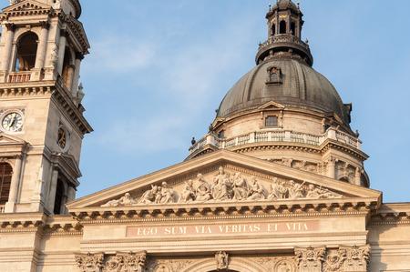 friso: Metopa o friso de la catedral de San Esteban en Budapest Foto de archivo