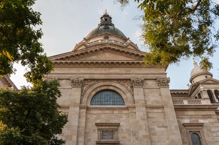 friso: Vista del lado sur del friso o metopa, c�pula y vidriera de la catedral de San Esteban en Budapest