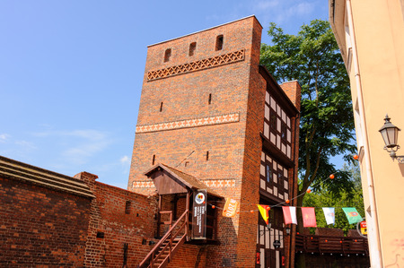 stare miasto: TORUN, POLAND - JULY 7, 2009: Medieval leaning defence tower of Torun displaced 1.5 meters as measured from the top Editorial