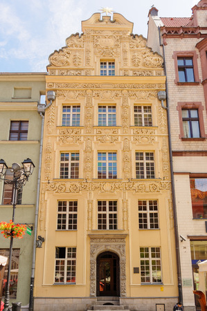 stare miasto: TORUN, POLAND - JULY 7, 2009: The house under the star, a building styled with baroque ornaments on 35 Rynek Staromiejski at the old town square Editorial