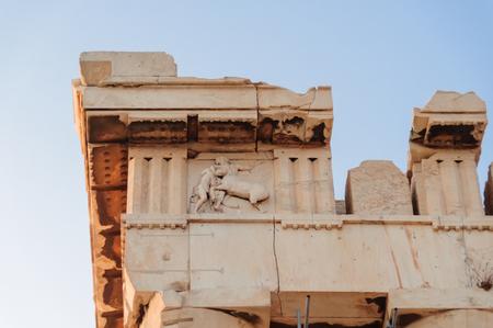 friso: ATENAS, GRECIA DE AGOSTO DE 6, 2009: Copia de la metopa no. 1 en el friso sur del Parthenon que representa un combate entre un lapita y un centauro