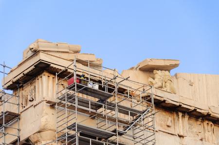 friso: ATENAS, GRECIA DE AGOSTO DE 6, 2009: Andamio para la conservación llevó a cabo en el friso del Partenón Editorial
