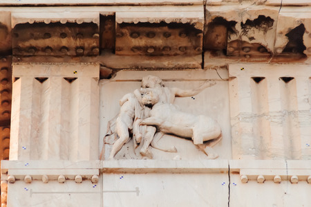 friso: ATENAS, GRECIA DE AGOSTO DE 6, 2009: Reproducci�n de la metopa no. 1 en el friso sur del Parthenon que representa un combate entre un lapita y un centauro