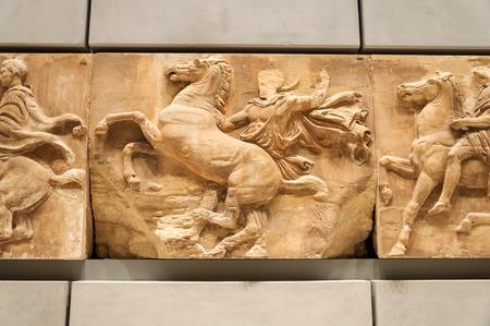 friso: Atenas, Grecia - 28 de enero de 2011: West friso entablamento N� 8 (VIII) considerado como una obra original del mismo Fidias, en el 3er nivel del Nuevo Museo de la Acr�polis en la noche sin gente