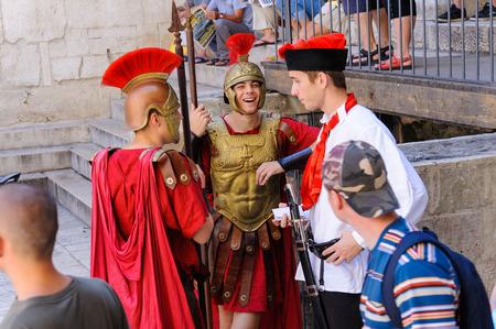 roman soldiers: Spalato, Croazia - 2 settembre 2009: i soldati romani accanto all'ingresso del vestibolo sul lato est del Peristilio sotto il protiro