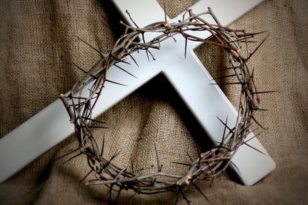 corona de espinas: Una corona de espinas y una cruz