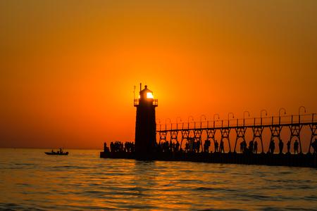 Sun eclipsed by lighthouse 版權商用圖片