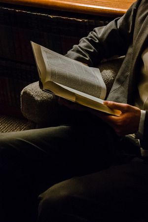 Man reading a book Imagens