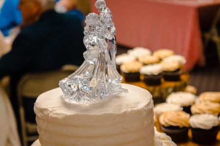 Macro shot of the wedding cake topper Imagens
