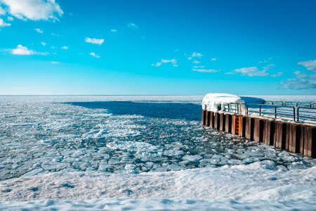 Lake Michigan frozen over during the winter waiting to thaw out 版權商用圖片