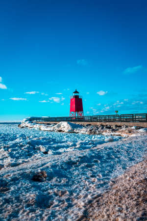 The red light house in Charlevoix Michigan shot from a frozen beach 版權商用圖片