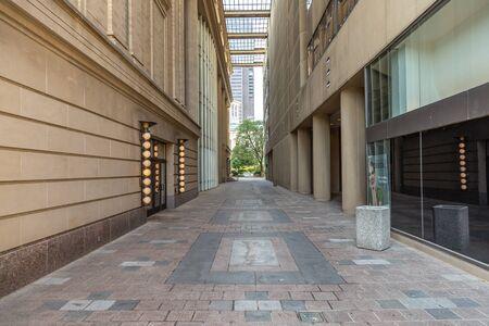 Concrete Pavers Alley between Buildings Stockfoto