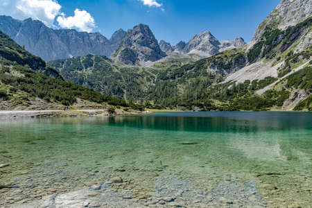 The Seebensee is a natural high mountain lake at an altitude of 1657 meters south of Ehrwald in the Mieminger Mountains. Standard-Bild