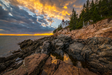 Bass Harbor Light sunset reflecting in a tide pool in Maine Foto de archivo