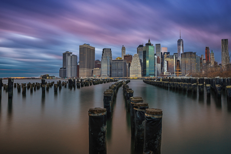 Long exposure of Manhattan from Brooklyn Bridge Pier 版權商用圖片