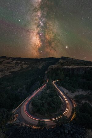 Rowena Crest at night with cars passing by and the Milky Way Galaxy rising Stockfoto