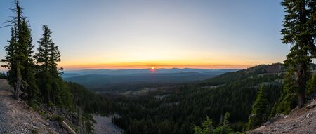 Setting sun from Rim Drive in Crater Lake National Park, Oregon Stock fotó