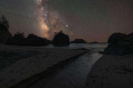Milky Way Galaxy along the Pacific Northwest in Secret Beach, Oregon Standard-Bild