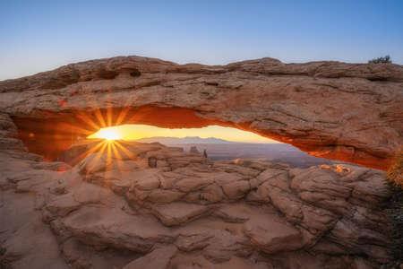 Sunburst at sunrise through Mesa Arch in Canyonlands National Park Moab, Utah Stock fotó