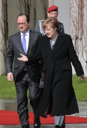 mit: Francois Hollande, BKin Angela Merkel - Treffen der dt. Bundeskanzlerin mit dem franzoesischen Praesidenten, Empfang mit militaerischen Ehren, Bundeskanzleramt, 31. Maerz 2015, Berlin.