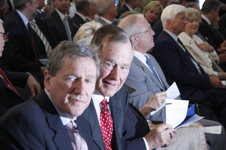 richard: Richard Holbrooke, George Bush Sr., in the background of Richard Weizsaecker -. Award of Kissinger Prize to the former President of the United States, July 3, 2008 American Academy, Berlin-Wannsee.