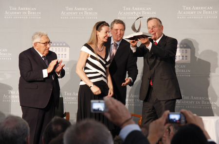 henry: Henry Kissinger, Gabriele von Habsburg, Richard Holbrooke, George HW Bush. - Presentation of Kissinger Prize to the former President of the United States, July 3, 2008 American Academy, Berlin-Wannsee.