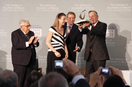 richard: Henry Kissinger, Gabriele von Habsburg, Richard Holbrooke, George HW Bush. - Presentation of Kissinger Prize to the former President of the United States, July 3, 2008 American Academy, Berlin-Wannsee.