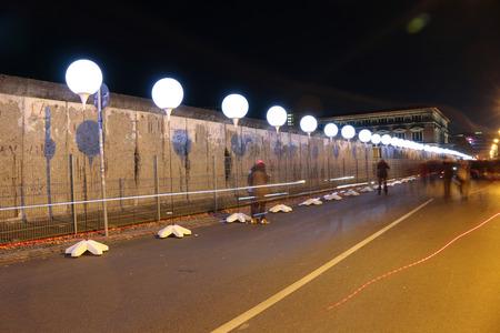 """topography: elaborado globos para la instalaci�n de la luz """"L�mite de luz"""" antes del 25 aniversario del muro de Berl�n - Reststueck del Muro de Berl�n en el sitio conmemorativo """"Topograf�a del Terror"""" 8 de noviembre de 2014 en Berl�n-Mitte."""