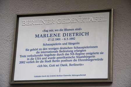 plaque: Plaque - ceremonial unveiling a commemorative plaque for Marlene Dietrich to their birthplace, July 17, 2008 Berlin-Schoeneberg. Editorial
