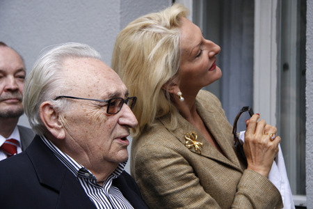 nick: Egon Bahr, Desiree Nick - ceremonial unveiling a commemorative plaque for Marlene Dietrich to their birthplace, July 17, 2008 Berlin-Schoeneberg.