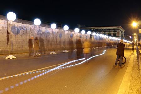 """topografia: elaborado globos para la instalación de la luz """"Límite de luz"""" antes del 25 aniversario del muro de Berlín - Reststueck del Muro de Berlín en el sitio conmemorativo """"Topografía del Terror"""" 8 de noviembre de 2014 en Berlín-Mitte."""
