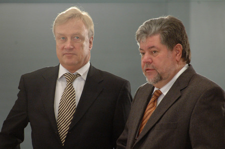 federal government: the first Buergemeister of Hamburg, Ole von beust and the Prime Minister of Rhineland-Palatinate, Kurt Beck - Meeting of the Chancellor and members of the federal government and the minister presidents of all states, Bundeskanlzeramt, December 16, 2004, B