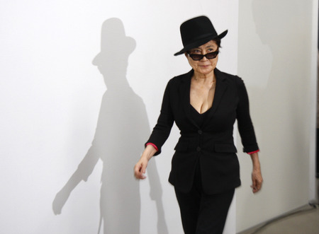 """Yoko Ono - Fotomöglichkeit vor Eröffnung der Ausstellung der Witwe von John Lennon, mit dem Titel """"The Gift"""" in der Galerie """"Haunch of Venison"""", 10. September 2010, Berlin."""