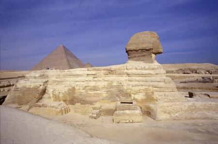 esfinge: 12 2002 - GIZA: la Esfinge y la Pyramides de Giza, El Cairo, Egipto. Editorial