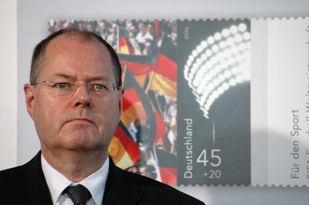 """peer to peer: Peer Steinbrueck - Presentaci�n del valor adicional """"para el deporte de Revisi�n de 2006"""" y una moneda conmemorativa en la Canciller�a Federal el 8 de febrero de 2006, Berl�n-Tiergarten."""