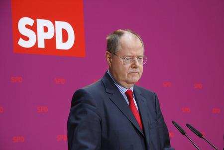 peer to peer: Peer Steinbrueck - notificaci�n oficial de la candidatura de la Peer Steinbrck Registrador para las elecciones parlamentarias de 2013, Willy-Brandt-Haus, 28 de Septiembre de 2012, Berl�n.