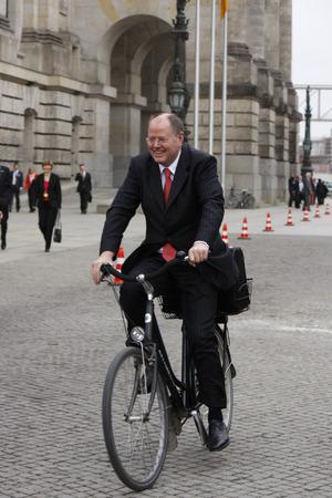 peer to peer: Peer Steinbrueck se va en una bicicleta la escena - despu�s de la elecci�n Joachim Gauck el nuevo Presidente Federal, la Asamblea Federal, edificio del Reichstag, 18 de marzo 2012 Hamburger Bahnhof, Berl�n. Editorial