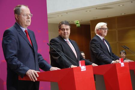 peer to peer: Peer Steinbr�ck, Sigmar Gabriel, Frank-Walter Steinmeier, - la notificaci�n oficial de la candidatura Peer Registrador de Steinbrck para las elecciones parlamentarias de 2013, Willy-Brandt-Haus, 28 de Septiembre de 2012, Berl�n.