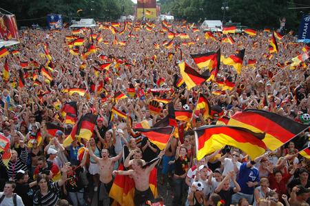 assumed: Celebration after the game of the German national team against Ecuador on 20 June 2006, 3. 0 is assumed for the deusche man sheep, Fan Mile on the Strasse des 17. Juni, Berlin-Tiergarten.