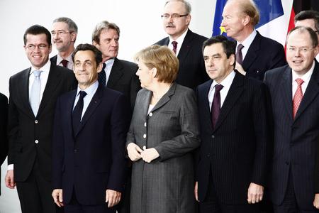 """peer to peer: Karl Theodor zu Guttenberg, Bernard Kouchner, Nicolas Sarkozy, Angela Merkel, Peer Steinbrueck, entre otros - """"foto de familia"""" antes de la reuni�n del Consejo franco-alem�n de Ministros, la Canciller�a Federal Chanclery 12 de marzo de 2009, Berl�n-Tiergar Editorial"""