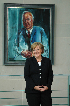 kohl: Angela Merkel before the portrait of her former mentor and Amtsvorgaengers, Helmut Kohl - Handover of official portraits Chancellor Gerhard Schrder (painter Joerg Immendorff) and hanging of the painting in the Federal Chancellery 10 July 2007, the Federal