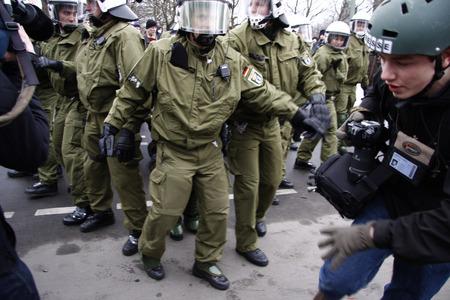 zahlen: Polizisten nehmen einen Demonstranten fest - Impressionen von der Demonstration Wir zahlen nicht fuer Eure Krise, 28. Maerz 2009, Berlin-Mitte