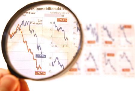 crisis economica: Imagen simbólica: la caída de precios de las acciones, la crisis económica.