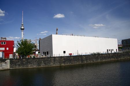 provisional: Construcci�n de Tempo Raeren Kunsthalle, en el fondo de la torre de la televisi�n en agosto de 2008, Berl�n-Mitte.