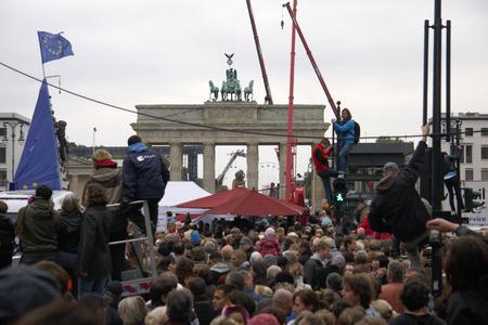 luxe: Crowd on Unter den Linden Riesentheaterperformace Le RendezVous de Berlin THE BERLIN REUNION Royal de Luxe under the der Berliner Festspiele spielzeiteuropa 3 October 2009 Berlin Mitte.